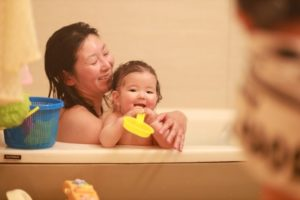 赤ちゃんと母親 お風呂